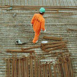 trabajador sobre cimientos.
